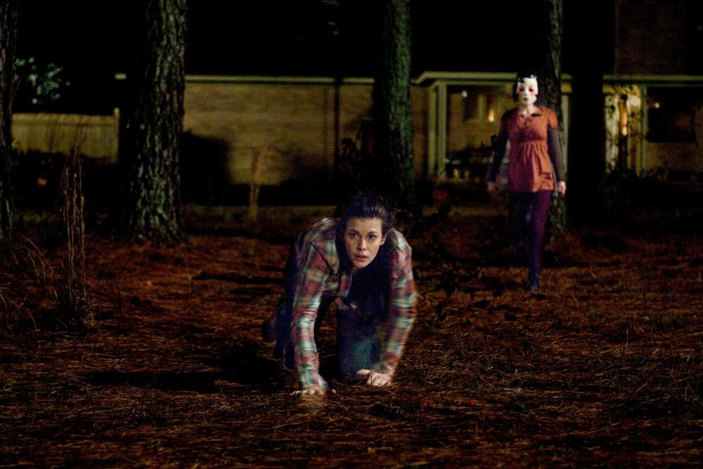 liv-tyler-and-laura-margolis-in-the-strangers-(2008)-large-picture.jpg